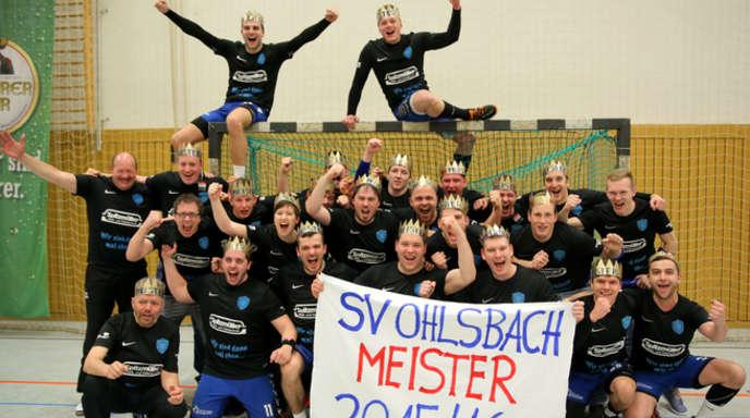 Als »Könige« von Ohlsbach ließen sich die Handballer des SVO nach der Meisterschaft in der Handball-Bezirksklasse feiern. ©Ulrich Marx